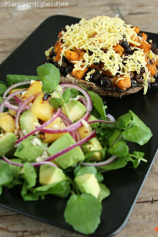 Plantaardigheidjes: Gevulde portobello en salade op Cubaanse wijze