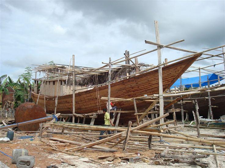 De Phinisi (vrachtschepen) worden op het strand van Bira nog op traditionele wijze gebouwd zonder een enkele schroef of spijker.