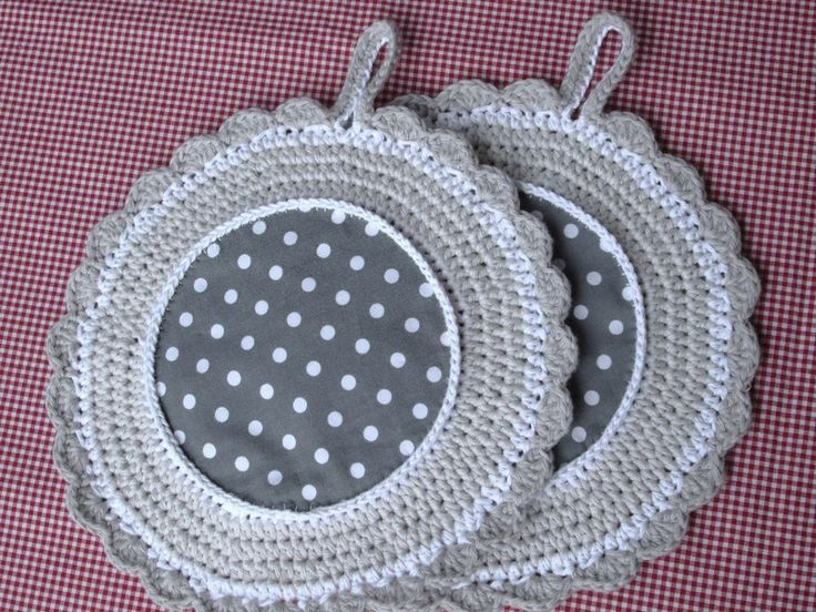Topflappen in weiß-grau mit Punkten, rund gehäkelt von Barosa auf DaWanda.com