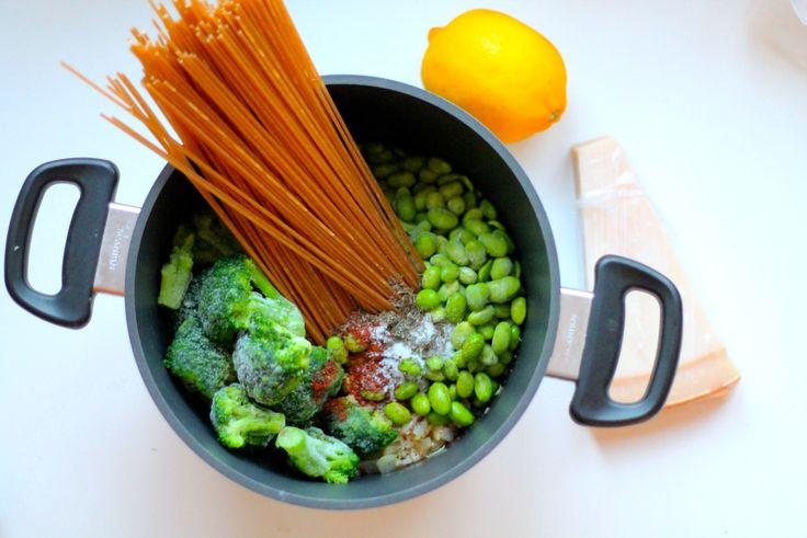 One pot pasta med broccoli, edamamebønner og parmesan