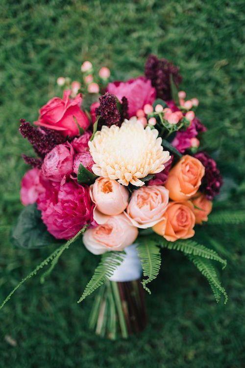 Ramo de novia con flores en color rosa, melocotón y naranja. Fotografía: Ben Yew Photography.