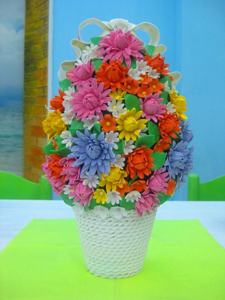 Uovo di Pasqua decorato con fiori in pasta di zucchero