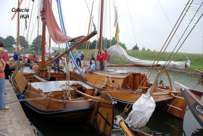 Aangemeerde oude schepen bij de de Historische Scheepswerf C.A. Meerman.