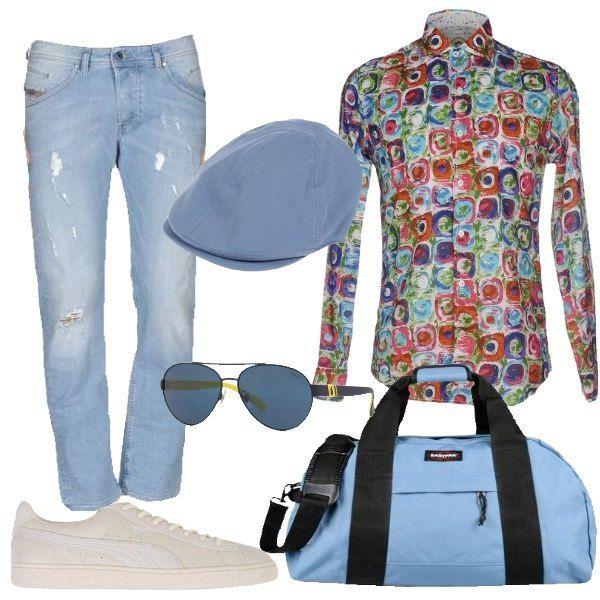I pantaloni jeans blu lavaggio chiaro sono a vita bassa con la gamba diritta con qualche strappo e l'orlo alla caviglia. L'abbiniamo alla camicia colorata nei toni dell'arancio, azzurro e verde dal taglio slim da portare fuori dai pantaloni con le maniche arrotolate. Ai piedi scarpe sportive basse bianche con dettagli tono su tono. Aggiungiamo un borsone azzurro con dettagli neri. Per finire cappello modello coppola in cotone azzurro e occhiali modello aviatore blu con dettagli gialli.
