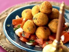 Kartoffel-Bulgur-Klößchen auf arabische Art mit Tomatensalat - smarter - Zeit: 45 Min. | eatsmarter.de