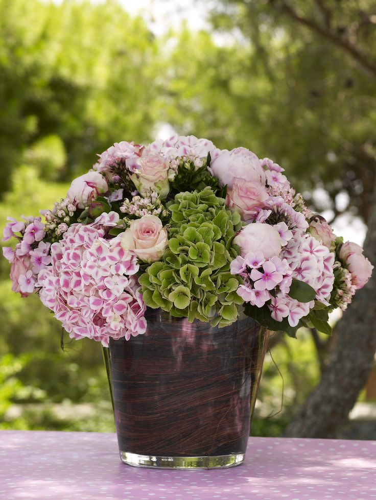 Lovely flower arrangement with hydrangea, roses and peonies all a pink shade.  http://www.instyle.gr/photo-gallery/roz-vaftisi-koritsiou/