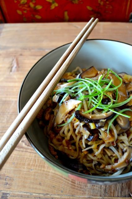 Mushroom Noodles - an earthy, vegetarian dish for all you mushroom lovers out there - THE WOKS OF LIFE #mushroom #noodles