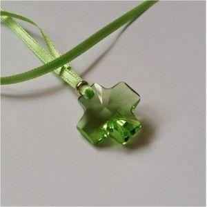 Collier sur ruban satin vert composé d'une croix en crystal Swarovski verte et d'une perle en argent. Largeur du ruban satin : 3 mm. Croix : 20 x 20 mm. Trou : 2 mm. Livré dans sa jolie pochette. Idée cadeau baptême ou communion.