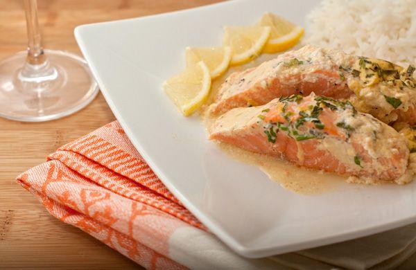 """Это рыбное блюдо всегда изыскано и быстро готовится. Лосось получатся нежным и ароматным, но таким способом можно готовить практически любую рыбу. Дополнительно можно приправить сливочный соус тертым хреном, карри, свежей кинзой или шафраном.<p> Самые подходящие гарниры к этому блюду — рассыпчатый рис, отварной картофель с зеленью или макароны """"тальяттелле"""". <p> Если захотите подобрать вино под это блюдо, выбирайте вино со сложным вкусом, изысканное, средней плотности, которое сможет ..."""