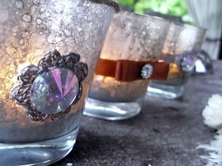 <p>Szklane lampiony z przezroczystego szkła szybko i łatwo można ozdobić. Malowanie szkła to technika, która może wydawać się trudna, ale nasza propozycja spodoba się wszystkim, którzy nie mają zbyt wielkich umiejetności malarskich. Przekonaj się sam i stwórz niepowtarzalne postarzane świeczniki.</p>