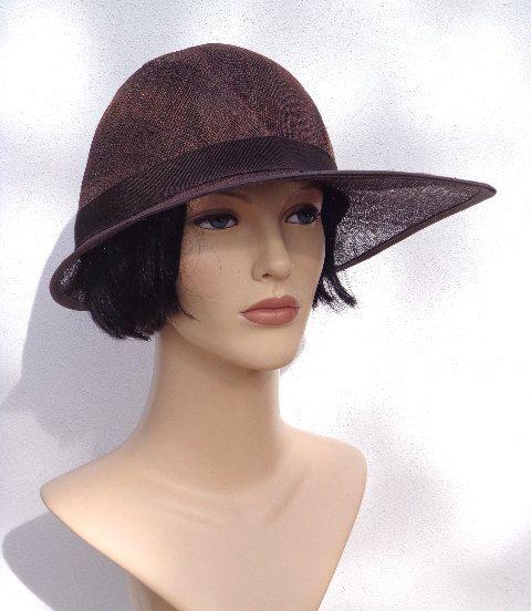Retro donker bruine dameshoed, partyhoed, trouwhoed, huwelijk, bruiloft, cloche hoed geïnspireerd op de jaren 20, jaren 20 accessoir