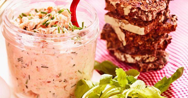 Dejlig nem og lækker rillettes af varmrøget laks. Smager dejligt på groft rugbrød, men egner sig også fortrinligt som fyld i en sandwich.