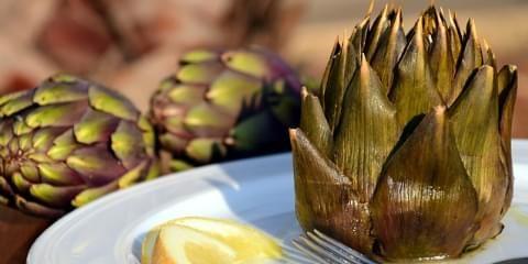 Comment cuire vos artichauts facilement, rapidement ou traditionnellement. Les cuissons à la casserole, à la vapeur ou au micro onde sont détaillées, en fonction du type d'artichaut cuit : blanc ou violet.