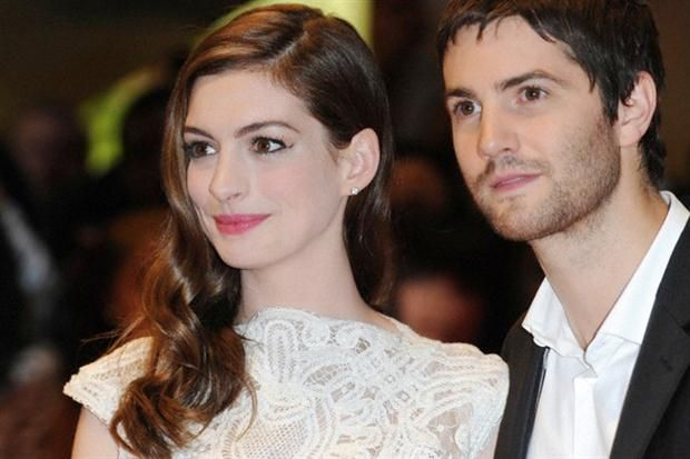 Nos encanta el pelo de: Anne Hathaway En 2011 la vimos divina en la Avant Premiere de One Day, junto a Jim Sturgess. Nos gusta la raya al costado y esas ondas retro. / Corbis