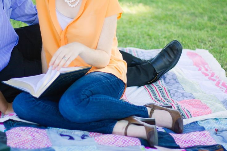 romantic cute young couple pictures outfit ideas for couples picnic photoshoot idea // julia stockton photography las vegas nevada photographer floyd lamb park