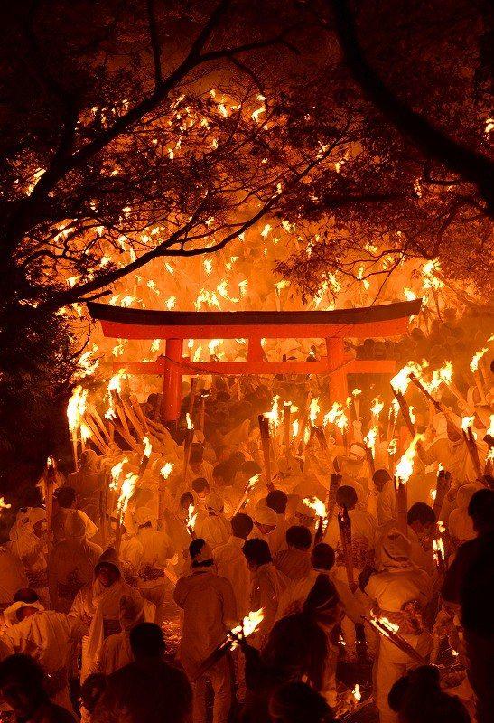 お灯まつり:闇の中に炎の帯 和歌山・新宮市の神倉神社で2016年2月6日午後7時48分、久保玲撮影 - 毎日新聞