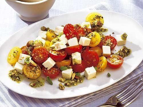 Dieser mediterrane Tomatensalat ist ein echtes Highlight der Salatküche. Das Mandelpesto als Soße harmoniert perfekt mit dem würzigen Feta.