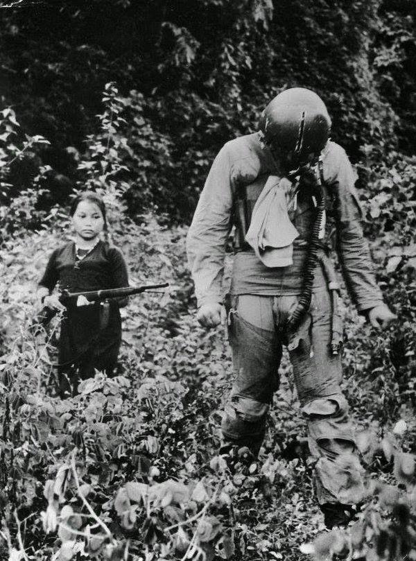 ABD hava kuvvetleri teğmeni, genç bir Kuzey Vietnamlı kız tarafından esir tutuluyor --1967
