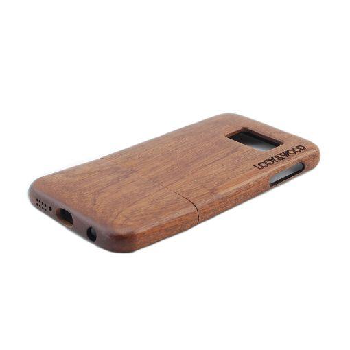 Wil jij jouw nieuwe Samsung Galaxy S6 stijlvol beschermen? Dan is ons houten telefoonhoesje Kibale iets voor jou. Het Sapele hout geeft dit hoesje een hele luxe ook een toffe natuurlijke look. Daarnaast zorgt de perfecte pasvorm van dit hoesje ervoor, dat deze naadloos op jouw Galaxy S6 aansluit. Hierdoor is jouw telefoon perfect beschermd!