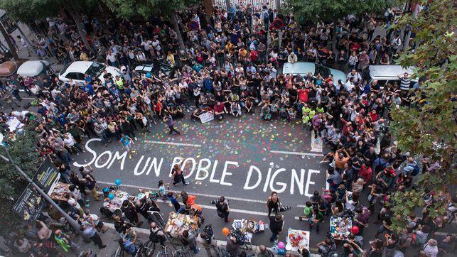 Concentració davant de l'Escola Ramón Llull de Barcelona on hi van haver càrregues de la Policia Nacional l'1 Octubre