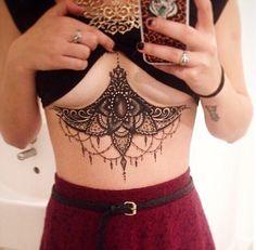 Le tatouage sous les seins: la nouvelle tendance pour nous les femmes!