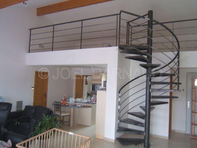 escaliers peuvent être droits, quart tournant, droit ou hélicoïdal