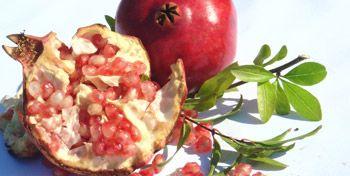 Estudos indicam que a romã é capaz de controlar o estresse, reduzir a gordura abdominal e prevenir o câncer. Saiba como consumir a fruta em sucos, chás, saladas e tortas.