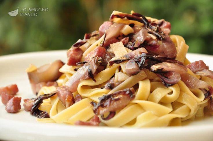 Le tagliatelle radicchio e pancetta sono un primo piatto autunnale, ricco di profumi e aromi, in cui il sapore forte e amaro del radicchio rosso si sposa al dolce e affumicato della pancetta.
