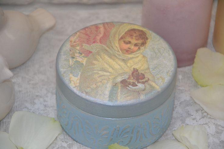 Что положить в бонбоньерку? Как правило, внутрь коробочки для гостей кладут сладости, например маленькую шоколадку с благодарственными словами или необычное и удивительно вкусное печенье, или даже красочный леденец. Коробочка бонбоньерка - это оригинальный подарок на любой праздник. Эта бонбоньерка замечательный подарок к РОЖДЕСТВУ ИЛИ К НОВОМУ ГОДУ !!! http://www.livemaster.ru/item/7585533-podarki-k-prazdnikam-rozhdestvenskij-angel