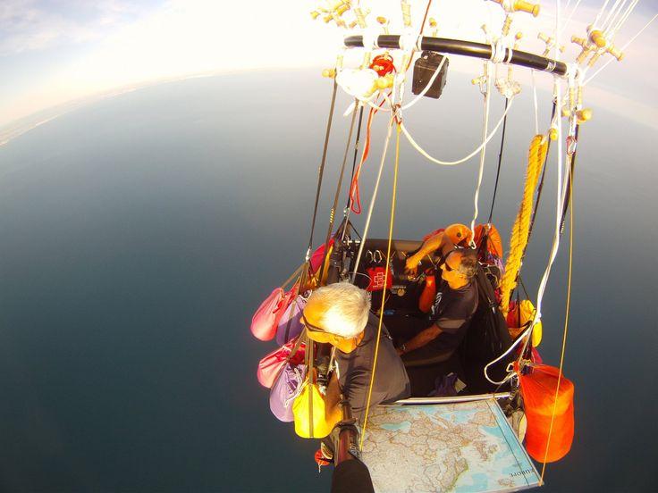 Globo de gas, con Anulfo González, en pleno vuelo.