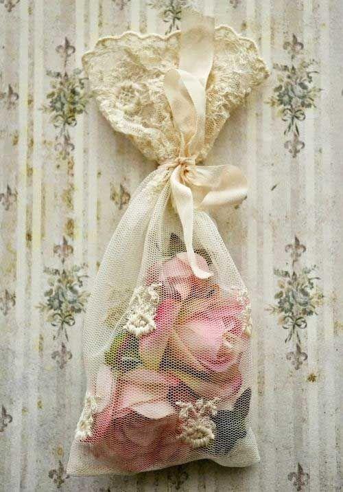 cassiaviviani:  (via Pin de ❦ Cassia Viviani ❦ em ℱoℱuℛiᏨeᏱ   Pinterest) lace and roses