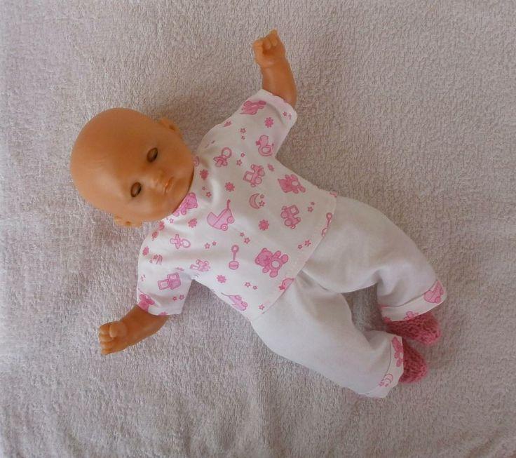 """Pyjama rose et blanc, imprimé """"joujoux"""" pour poupon de 30 cm. MCL Poupées, vêtements pour les poupées et les poupons."""