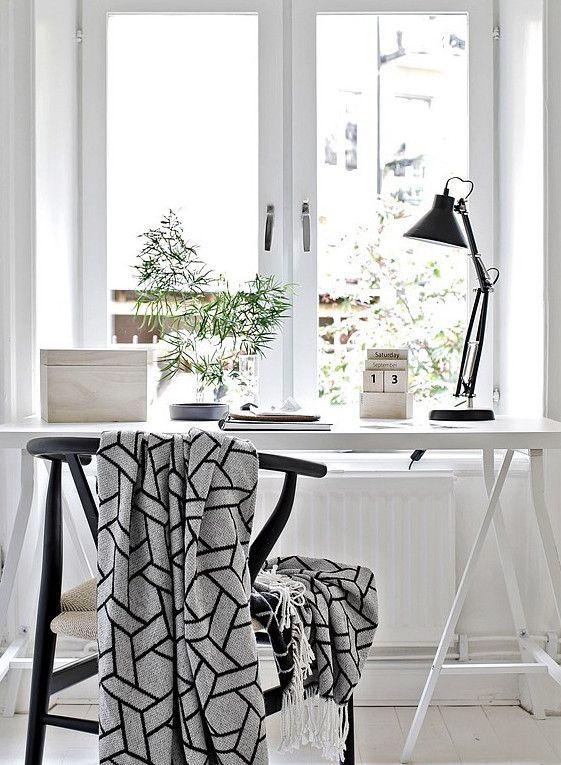 Werkplek in Scandinavische stijl: witte basis met grijze en zwarte accenten ähnliche tolle Projekte und Ideen wie im Bild vorgestellt findest du auch in unserem Magazin . Wir freuen uns auf deinen Besuch. Liebe Grüß