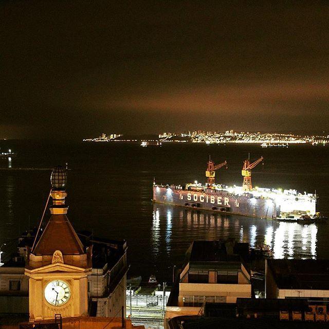 Valparaíso #puerto #valparaíso #noche #black #nocturna #nocturnalwonderland #nocturnal #reloj #time #ocean #follow #igaddict #photoftheday #bohemian #instaphoto #ig_europe #spain #españa #luces #beautiful #beauty #live #love #heaven #vivir #nostalgia