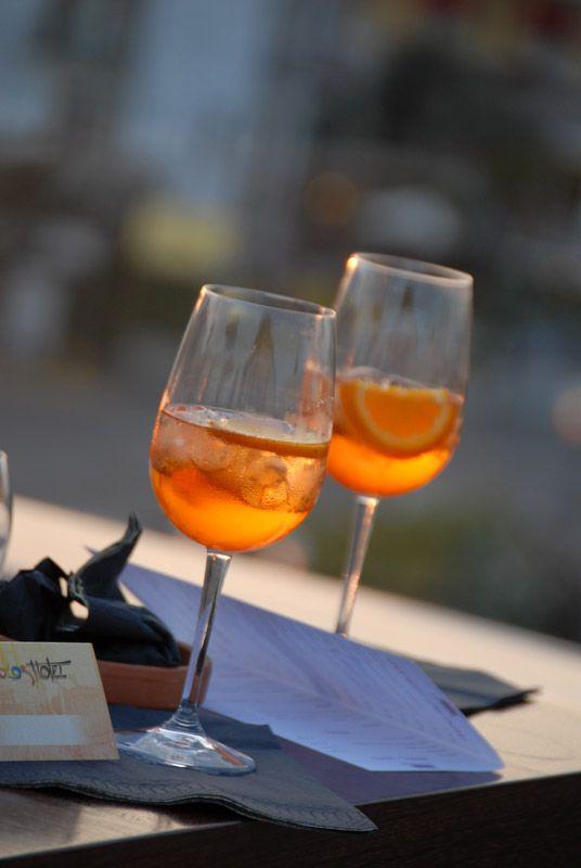 Bars et Cave à vin avec atmosphère particulière.....  http://www.colorhotel.it/bar-service-au-lac-de-garde