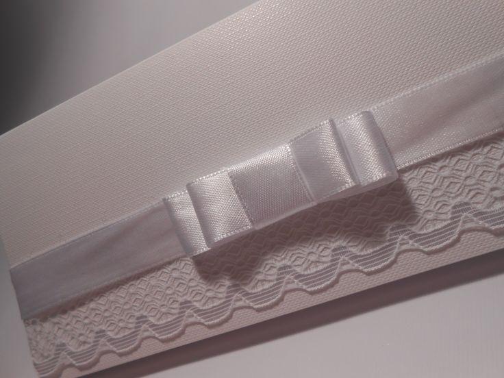 per i più Romantici ecco la nuova Partecipazione pochette: carta pregiata dall'effetto particolare, pizzo e nastro tutto total white.