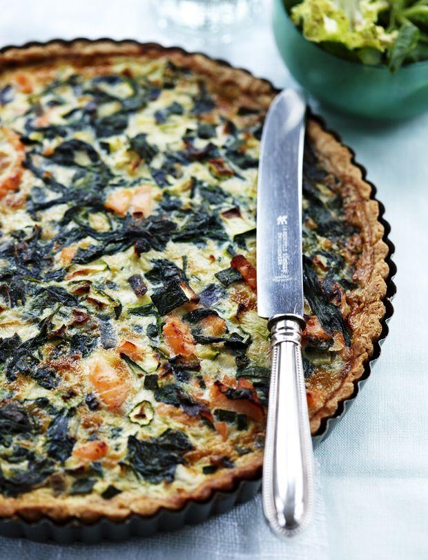 Med denne fuldkornstærte med laks, squash og spinat får du alt det gode fra den sprøde tærtebund samt god energi fra de grønne grøntsager.