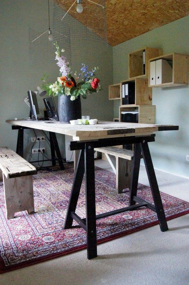Super leuke tafel gemaakt van steigerhout 80 cm bij 250 cm. De schragen zijn de ODDVALD van IKEA Nederland. Het vloerkleed VALBY RUTA maakt het helemaal af;)