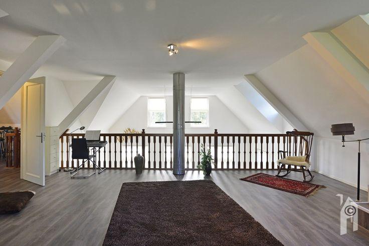 Woonkamer is tot boven helemaal open met halverwege een verdieping.