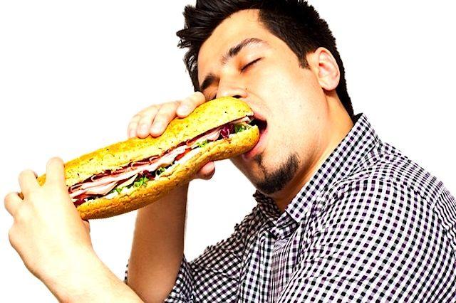 uomo mangia panino