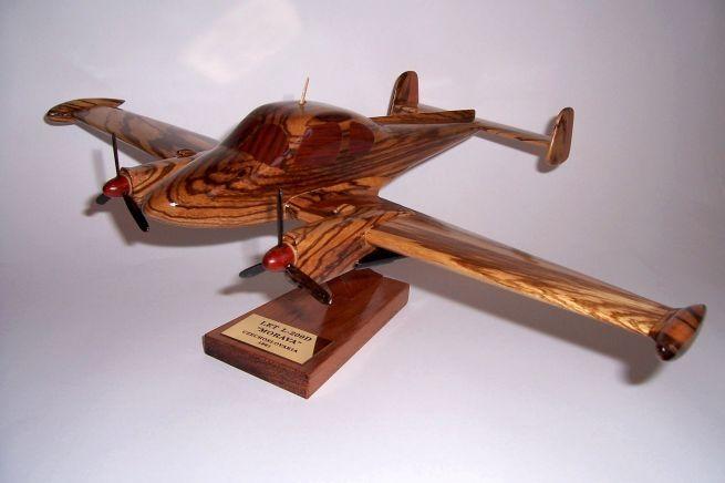 Model letadla ze dřeva ve vzletové poloze včetně stojánku s věnováním. LET L-200D MORAVA