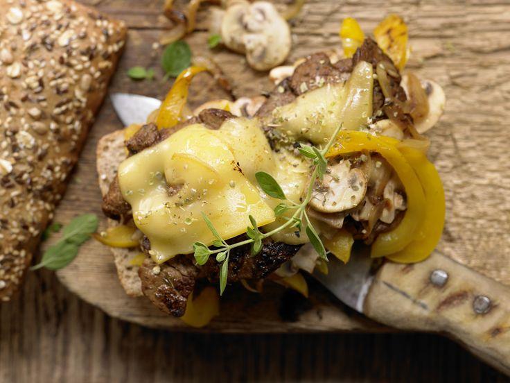 Dünne Minutensteaks - mit Paprika und Zwiebeln - smarter - Kalorien: 588 Kcal - Zeit: 35 Min. | eatsmarter.de #eatsmarter #rezept #rezepte #gemuese #paprika #gesund #rot #gelb #gruen #steak #minutensteak #zwiebeln #fleisch #rind #schwein