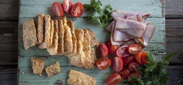 Cheddar-en-kruiekoekies – Dié southappie werk heerlik saam met kouevleise en tamaties. Jy benodig  (maak 24-30 koekies) • 200 g (¾ koppie) m...