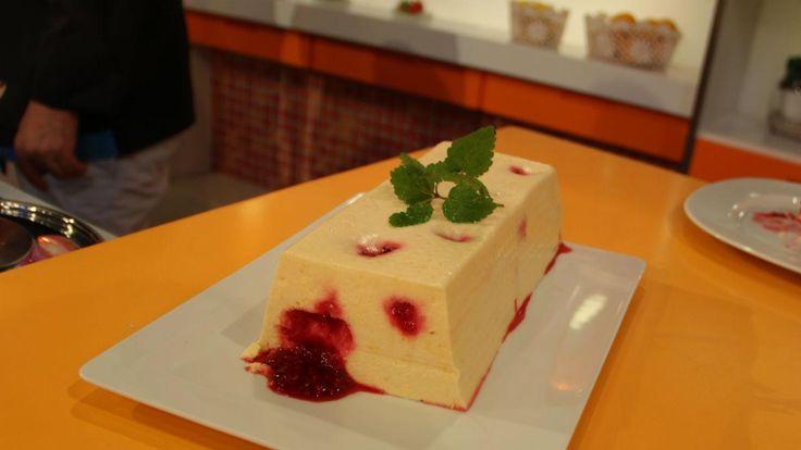 9 pax | Fácil | Económico | Tempo 50min. (mais o tempo de arrefecer e estar nocongelador) 600g de alperces bem maduros 500g de queijo quark 1 iogurte açucarado 2 dl de natas 100g de açúcar 10 folhas de gelatina Framboesas 250g de framboesas frescas ou congeladas 80g de açúcar Sumo de um limão Comece …