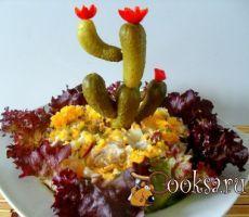 """Салат """"Цветущий кактус"""" #салат #23февраля #вкусно #праздник #рецепты #кулинария Хотите удивить и развеселить гостей? Подайте на праздничный стол этот вкусный салат в необычном оформлении. Свинина (вареная) — 250 г; Фасоль красная (консервированная) — 0,5 бан.; Лук красный — 1 шт; Яйцо куриное (вареное) — 3 шт; Корнишоны (маринованные;+ 5 шт для украшения) — 6 шт; Зелень (укроп и петрушка, рубленная) — 2 ст.л.; Сметана — 1 ст.л.; Майонез — 1 ст.л.; Горчица — 0,5 ч.л.; Соус чили — по..."""