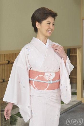 色紙散らし模様の単衣の小紋(化繊)に、単衣の染め帯。