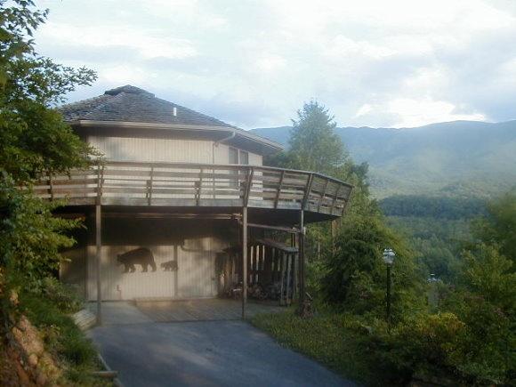 Gatlinburg Cabins - Gatlinburg Chalet Rentals | Bear's Den