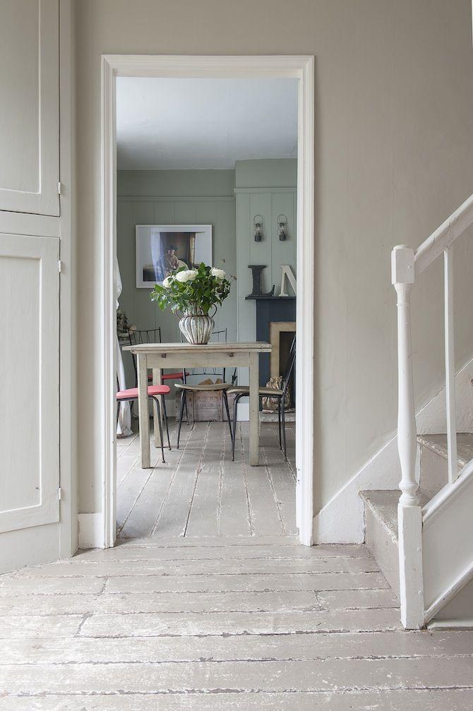 Une maison de campagne chic et minimaliste grâce aux murs beige gris et son escalier peint en blanc