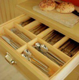 Stommar, socklar, lådor, dörrar och luckor, tillverkas i massiv furu. Lådorna sinkas ihop och kommer med glidlister i björk.På större lådor monteras rullglid om så önskas. Pärlspontsluckor/ dörrar med gradlist på baksida. 20-talsluckor/ dörrar med släta speglar (fyllningar). Socklarna är löstagbara (fastskruvade). Snickerierna levereras trävita, om inget annat är överenskommet.