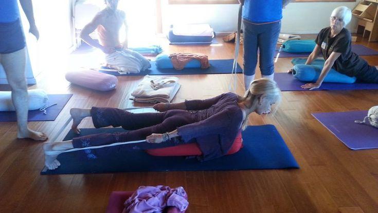 Les 20 meilleures images du tableau salabhasana sur for Chaise yoga iyengar
